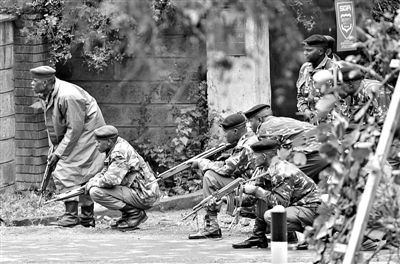 21日,肯尼亚首都内罗毕,韦斯特盖特购物中心发生恐怖袭击,经过4天对峙后,军警仍未完全控制恐怖分子。