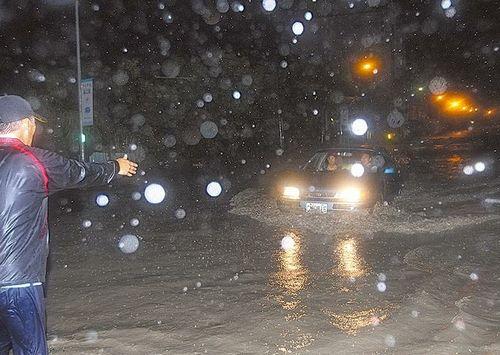 台东知本溪溃堤,温泉村大淹水,居民驾车冒险冲过洪水逃出。图片来源:台湾媒体