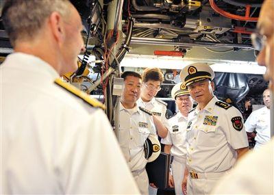 当地时间9日,海军司令员吴胜利(左五)参观美国核潜艇。