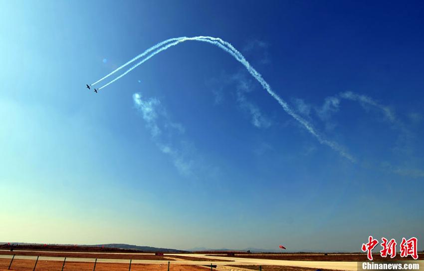 2013年9月22日,飞机进行特技飞行表演。图片:中新社发(摄影:于海洋)