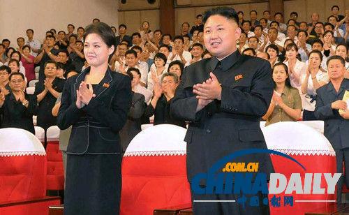 金正恩携夫人观看朝鲜军队舞蹈表演