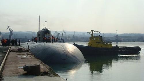 俄一艘潜水艇在船厂起火艇上核反应堆已关闭
