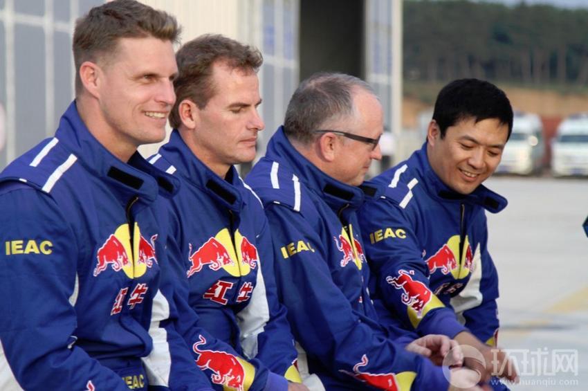 2013年9月19日,法库财湖机场,红牛特技飞行队全体队员准备接受媒体采访。