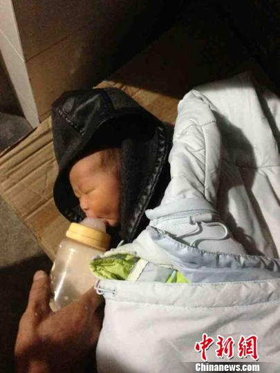 图为民警给被弃女婴喂奶。 徐强 摄