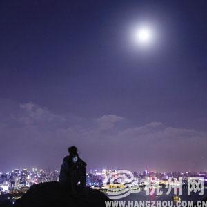 昨晚,宝石山上赏月的年轻人。 记者 朱丹阳 摄