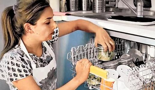 意大利女厨师用洗碗机做菜可边洗盘子边煮美食
