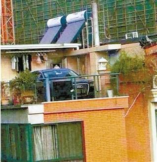 昨天,女婿的奥迪A8仍停在老丈人家的屋顶上。