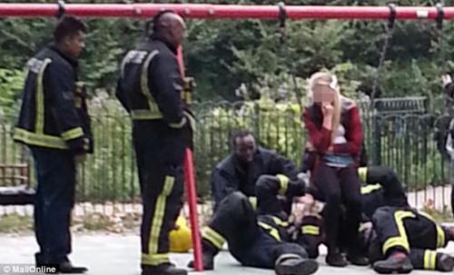 少女被卡公园儿童秋千上12名消防员解救(组图)