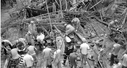 事故现场,救援人员在紧张地忙碌。 郭子宿 摄