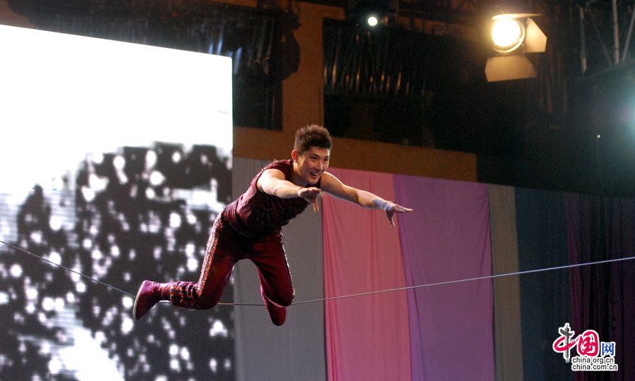 中国杂技团演员在软钢丝上表演高难度动作
