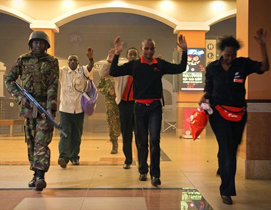 肯尼亚部队逮捕武装分子。