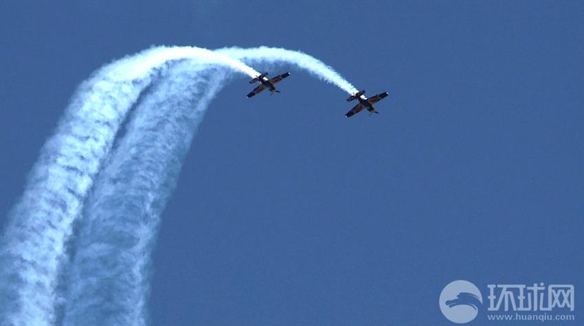 2013年9月16日,法库财湖机场,红牛特技飞行队双机编队特技飞行中。