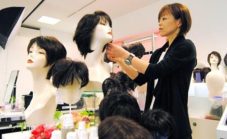 渴望永保青春美丽日本年长女性掀假发时尚风