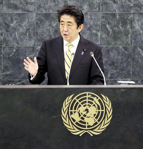 """日本首相安倍晋三25日在纽约发表演讲时称,修改宪法解释以解禁集体自卫权的目的是使日本变成""""为世界和平与稳定更积极做出贡献的国家""""。图为26日安倍在联合国演讲。"""
