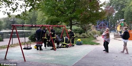 少女被卡公园儿童秋千上12名消防员解救(组图)(3)