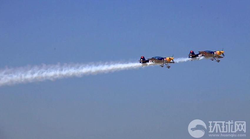 2013年9月16日,法库财湖机场,红牛特技飞行队双机编队在空中飞行。