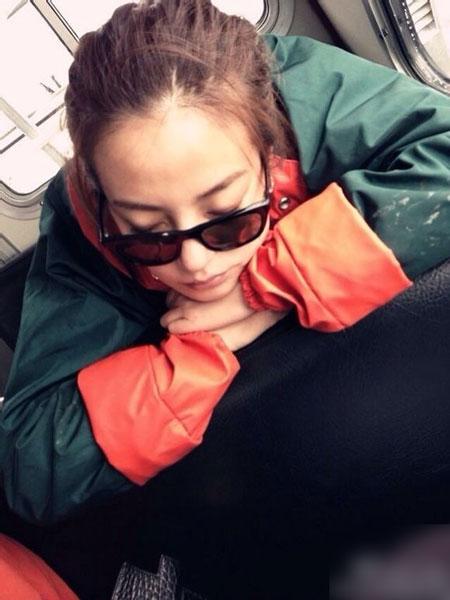 赵薇睡相很萌