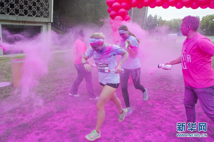 """(国际)(3)布达佩斯举办""""彩色跑步""""慈善活动"""