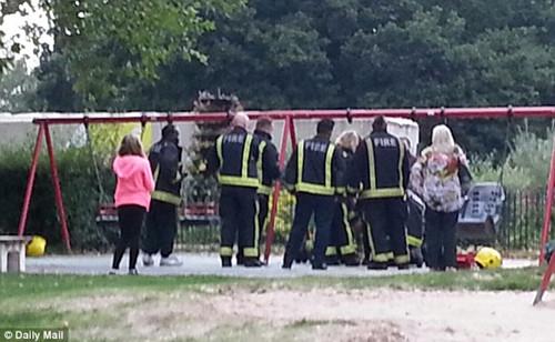少女被卡公园儿童秋千上12名消防员解救(组图)(4)