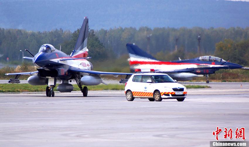 当地时间9月4日,中国空军八一飞行表演队七架歼-10表演机飞抵俄罗斯叶卡捷琳堡机场加油、休整。图片:中新社发(摄影:申进科)