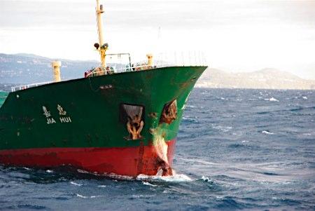 日本近海两船相撞致5人死中国籍船长接受调查(图)