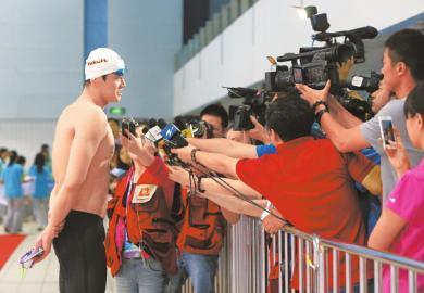 排了号的记者也未必能挤上去近距离采访孙杨
