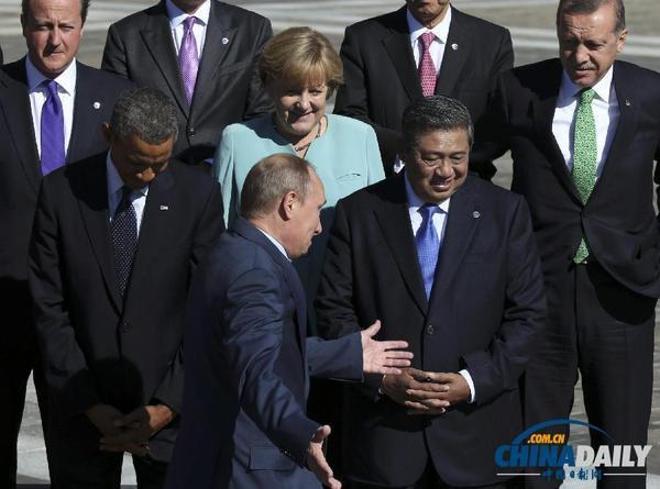 奥巴马低头不看普京,普京也闭眼做鬼脸并摊手表无奈src=