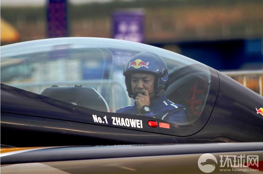 2013年9月16日,法库财湖机场,中国无限制级特技飞行第一人赵伟在XA42特技飞机中。