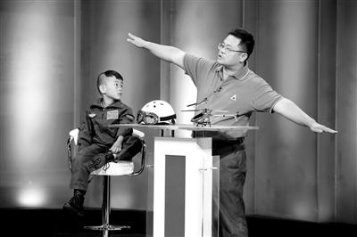 """9月6日,""""鹰爸""""和多多在北京科影制片厂录制一档节目。"""