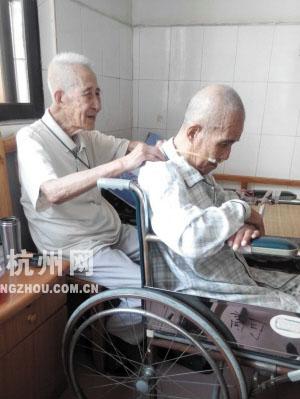 98岁的舒老为92岁的弟弟按摩肩膀   摄影陈载雅