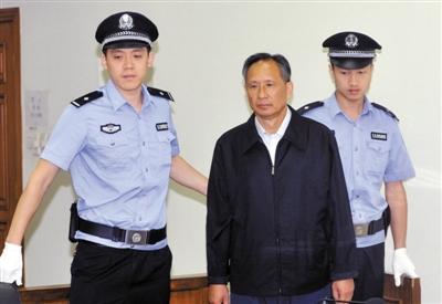 昨日,原铁道部运输局局长、副总工程师张曙光因涉嫌受贿4755万元在北京市二中院受审,他当庭表示认罪伏法。