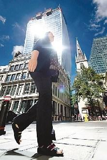 英国摩天大楼反光强烈轿车停对面外层被晒熔(图)