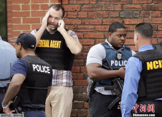 据美联社报道,美国首都华盛顿16日发生骇人听闻的枪击案,截至目前,枪案已造成包括一名枪手在内的13人死亡,另有多人受伤。图为9月16日,美国警方工作人员介入时间调查。