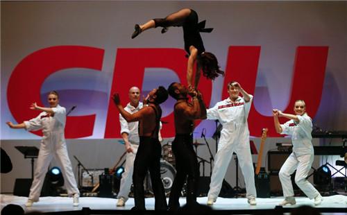美女在现场表演撑手倒立。