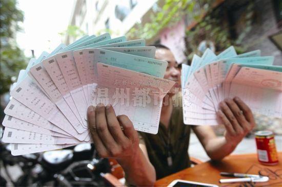 黄先生拿出了自己办理的存折,每本存款均为一元。温都记者王诚/摄
