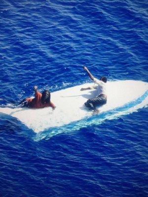 两名男子在美国外海漂流8天无食物饮水奇迹获救
