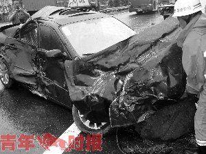 被撞得支离破碎的马6轿车。