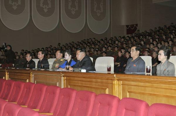 朝鲜最高领导人金正恩日前携夫人李雪主观看朝鲜人民内务军协奏团音乐舞蹈综合演出。图片来源:朝鲜《劳动新闻》
