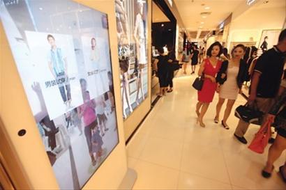 从3D试衣镜旁经过的顾客都忍不住打量几眼。