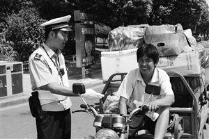 姚红军正在路上劝导过路市民 通讯员 供图