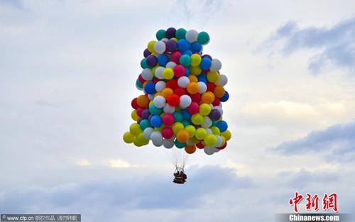 """男子挑战""""飞屋环游""""搭370个气球欲渡大西洋"""