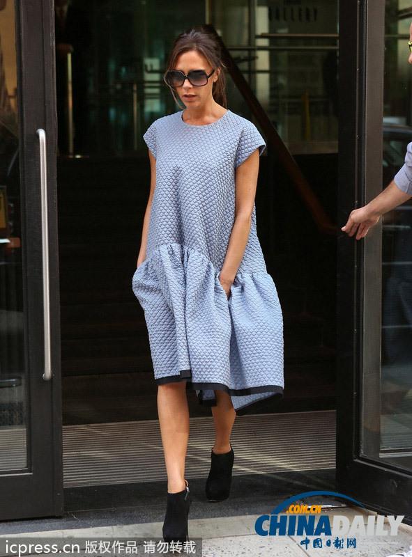 贝嫂放弃紧身裙 穿VVB大号连身裙为自己品牌宣传