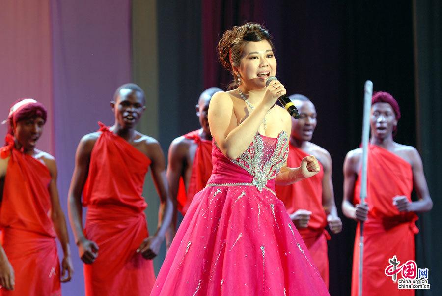 中国歌唱家和肯尼亚男孩合唱队合作演出非洲歌曲《Jambo》。