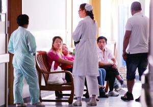 9月1日,众多伤员家属守候在上海交通大学医学院附属第三人民医院的病房外。新华社发