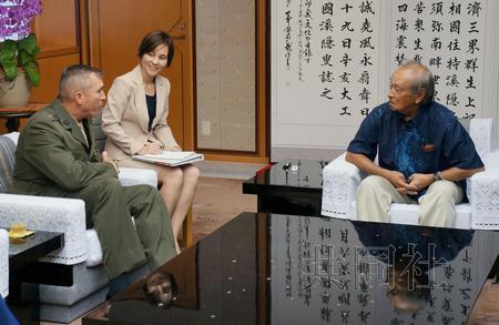 9月17日上午,驻冲绳美军总司令、冲绳地区协调官威斯勒(左)与冲绳县知事仲井真弘多在县政府会谈。