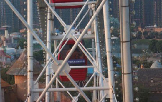 一对男女在浙江某游乐园的摩天轮上上演活春宫。