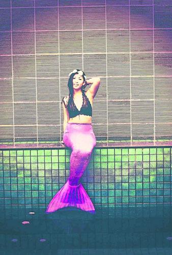 新加坡华裔女生扮真人版美人鱼拒情色演出(图)