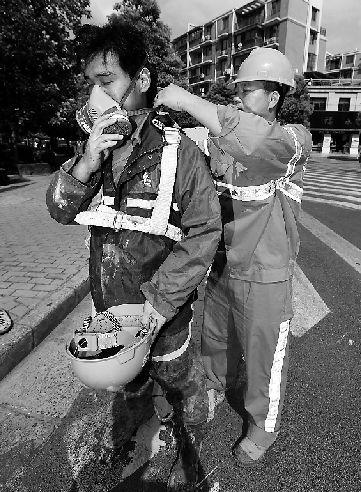 下井前,养护工必须戴上防毒面具。