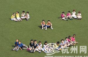 """学军小学求智校区,阳光下,11对双胞胎组成了""""笑脸""""。"""