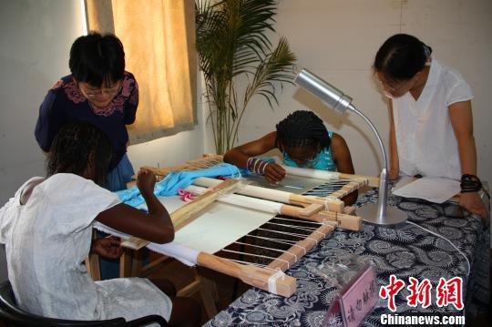 图为浙江工美大师为博茨瓦纳女艺术家指导刺绣技艺。 李晨韵 摄